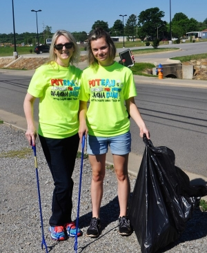 Laura Taylor and daughter, Sally picking up trash in 2017